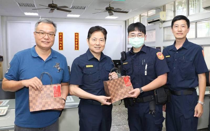 父親節接近,體恤基層警員辛勞,台南市政府警察局長詹永茂(左二)自掏腰包訂購4000多份年輪蛋糕,贈送給全台南市警察,感謝在治安上辛苦付出。記者謝進盛/翻攝