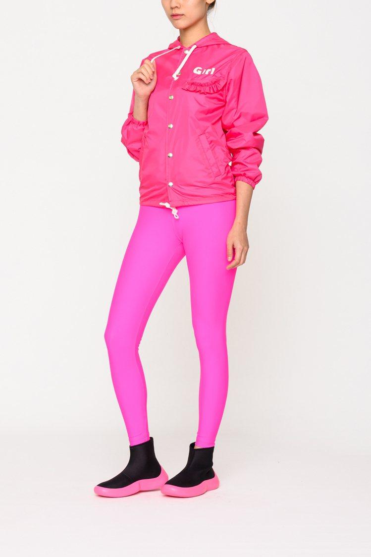 CDG GIRL螢光粉紅色尼龍外套,18,200元。圖/團團選品提供