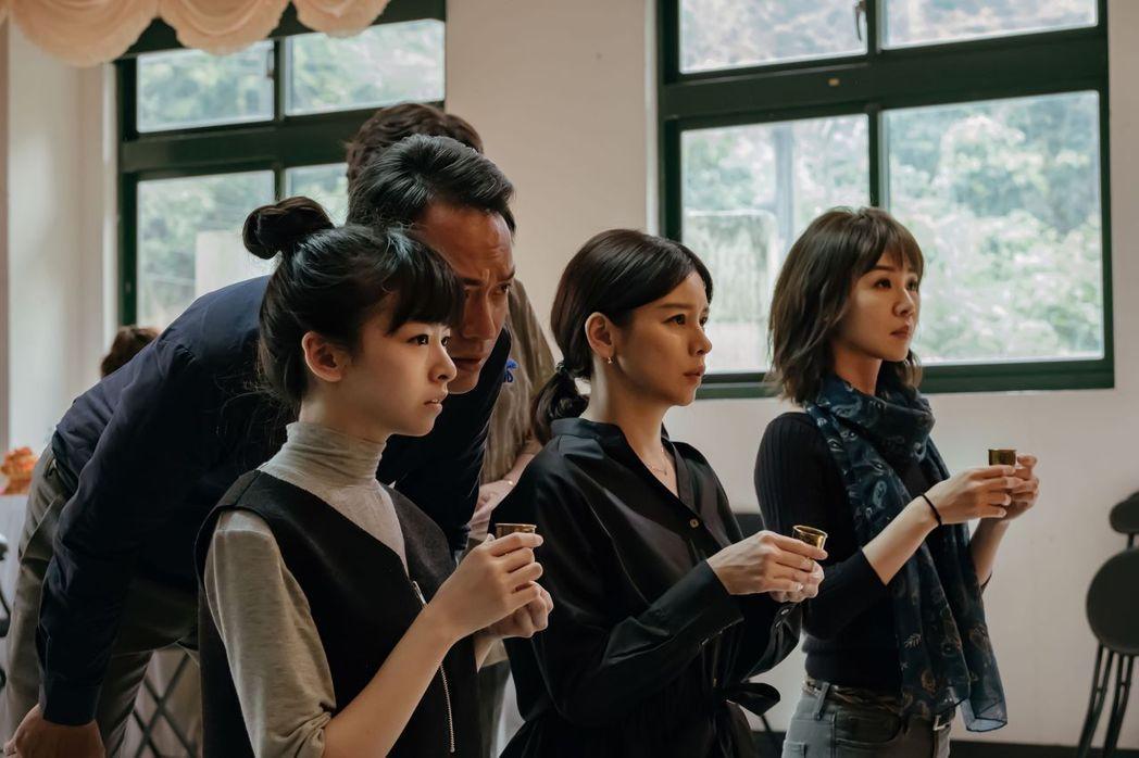 左起陳姸霏、徐若瑄、謝盈萱。圖/威視提供