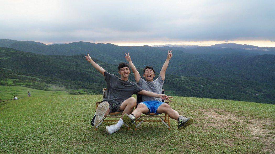 柯震東(左)個人頻道的「換你作東」企劃,和蔡昌憲(右)到處挑戰。圖/禾豐九路提供