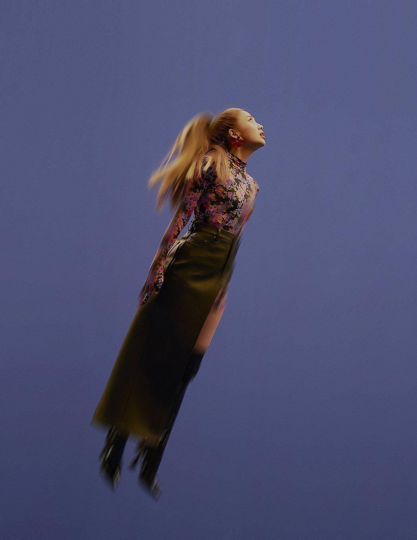 鬼鬼(吳映潔)在「GO」MV挑戰吊鋼絲。圖/avex taiwan提供