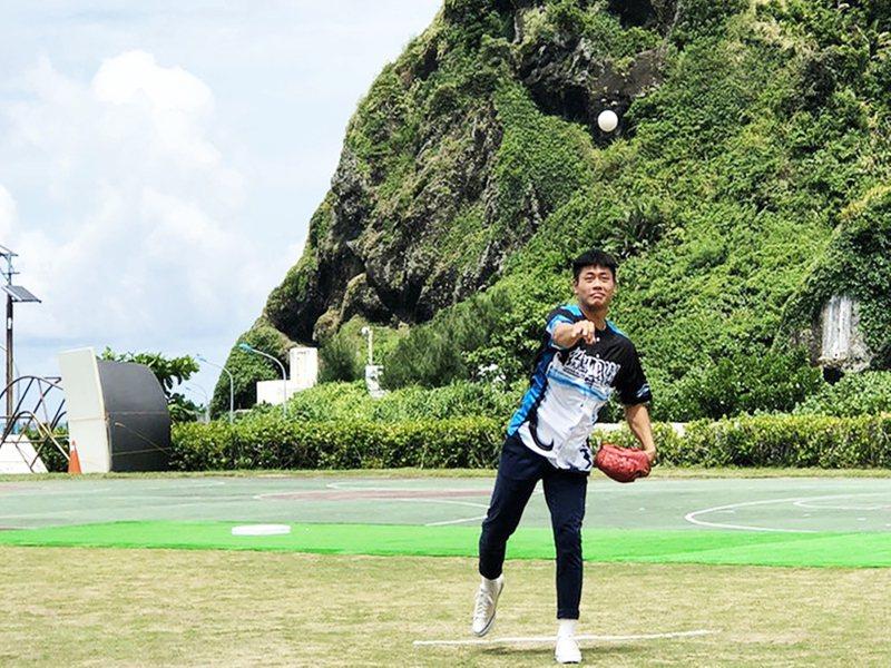 台東縣綠島首次舉辦棒球賽事「2020黑潮大哥盃少棒賽」,邀請首位綠島出身的職棒球員林吳晉瑋開球。圖/台東縣政府提供