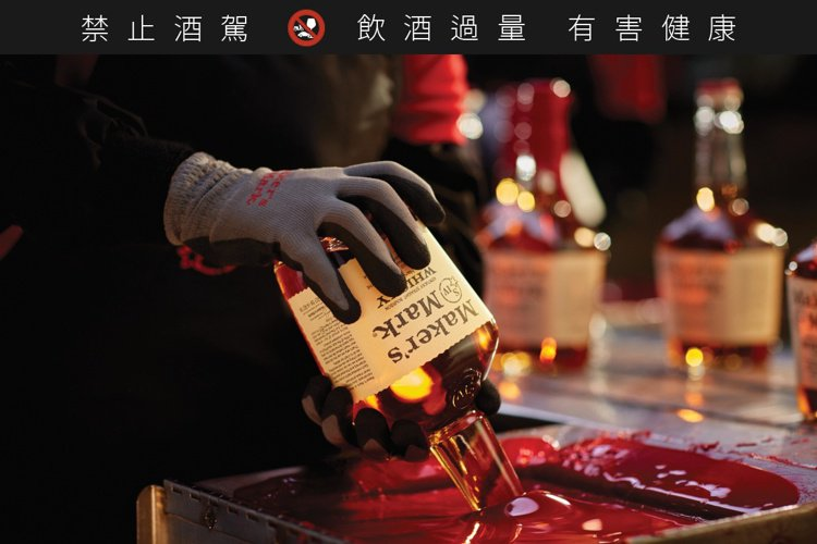 美格美國波本威士忌至今仍堅持每一瓶酒,皆採用手工蜂蠟,展現工匠熱情。圖/台灣三得...