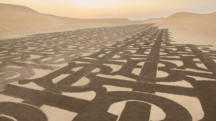 沙地TB花押字在杜拜的沙漠取景,由旅居當地的菲律賓藝術家Nathaniel A....