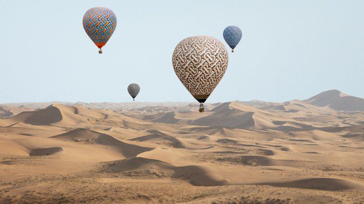 BURBERRY的TB花押字熱氣球系列拍攝余內蒙古。圖/BURBERRY提供