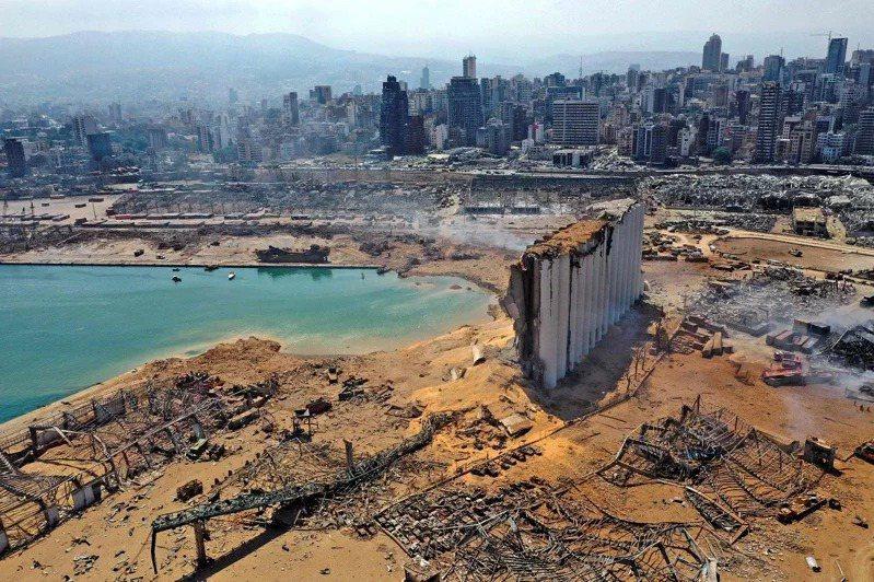 黎巴嫩首都貝魯特市中心附近港區4日發生大爆炸,超過150人喪命。半圓型凹洞處即原...