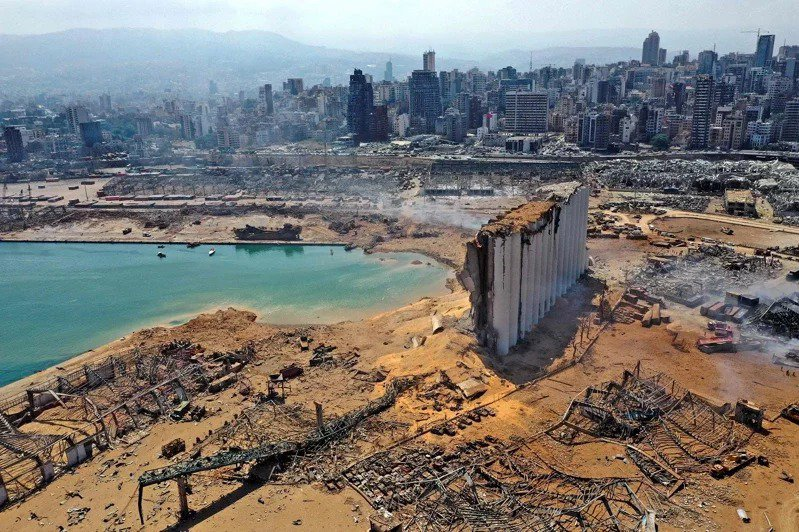 黎巴嫩首都貝魯特市中心附近港區4日發生大爆炸,半圓型凹洞處即原本存放2750噸硝酸銨的倉庫。法新社