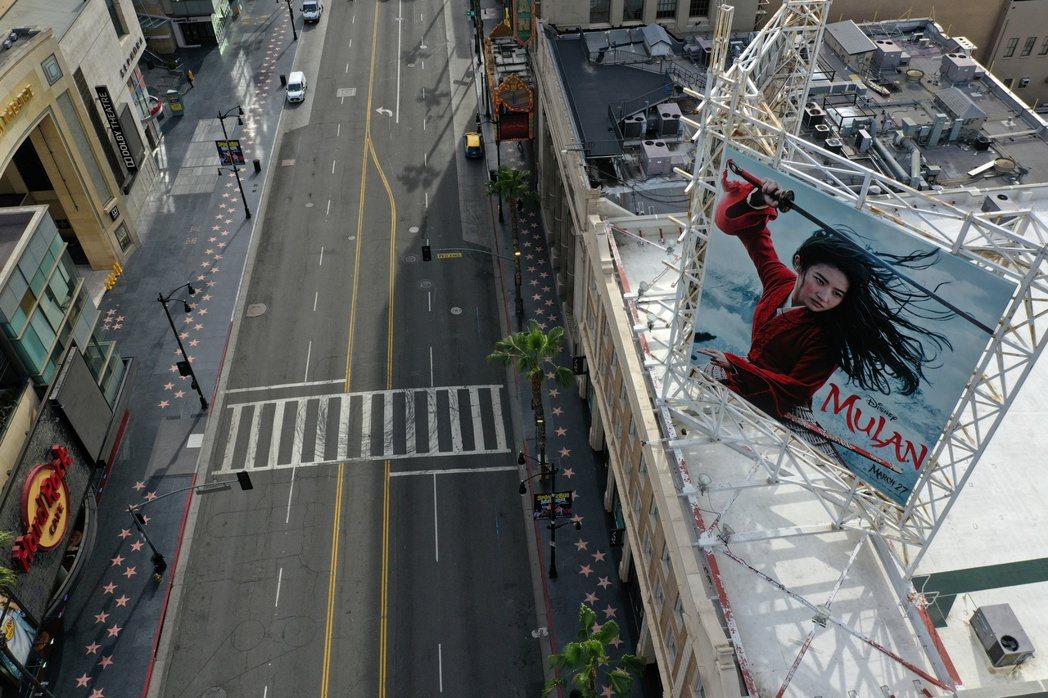 「花木蘭」大看板已在好萊塢大道陳列許久,現在片子確定在美國不上戲院。圖/路透資料...