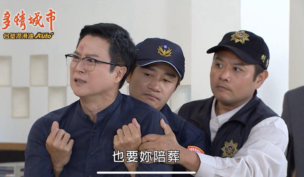 王燦(左)在劇中遭逮補。圖/摘自youtube