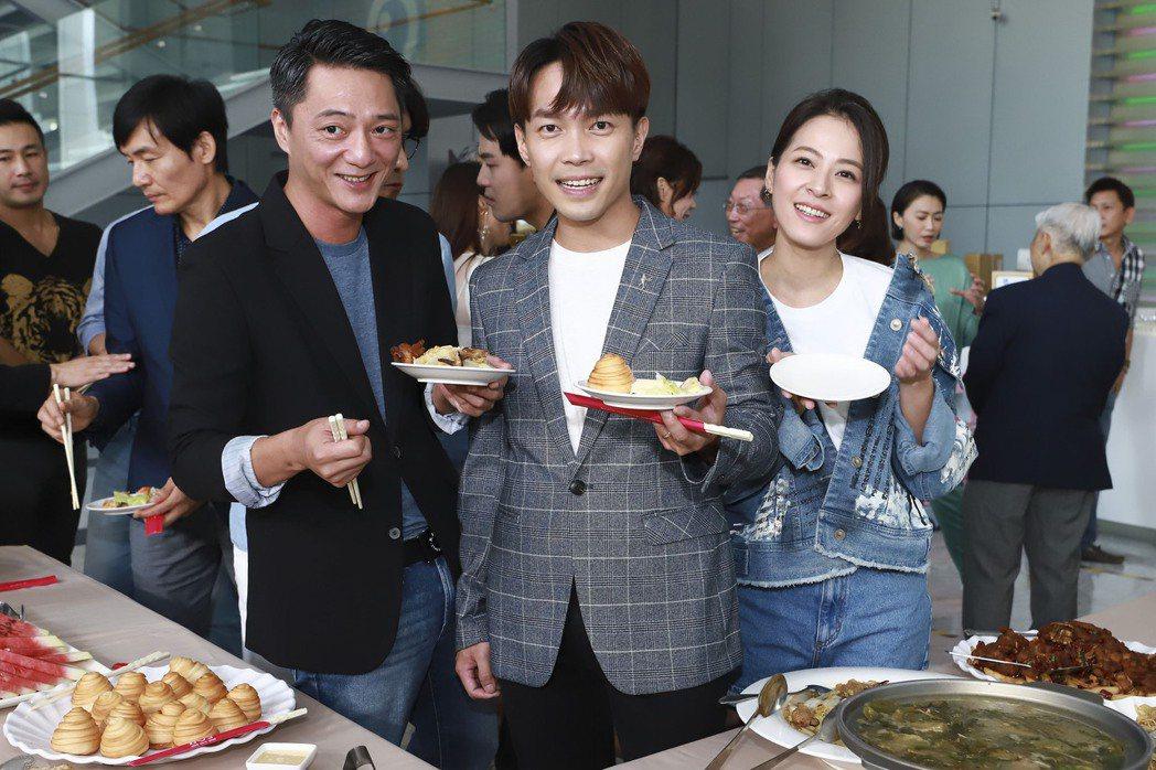 蘇晏霈(右起)、許仁杰、藍葦華開心吃buffet慶功。圖/民視提供