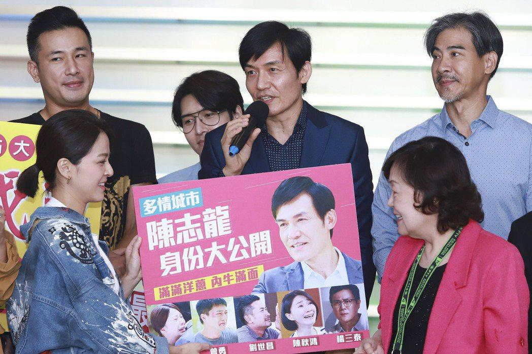 霍正奇(中)在「多情城市」飾演的陳志龍身份曝光,為戲衝出高收視。圖/民視提供