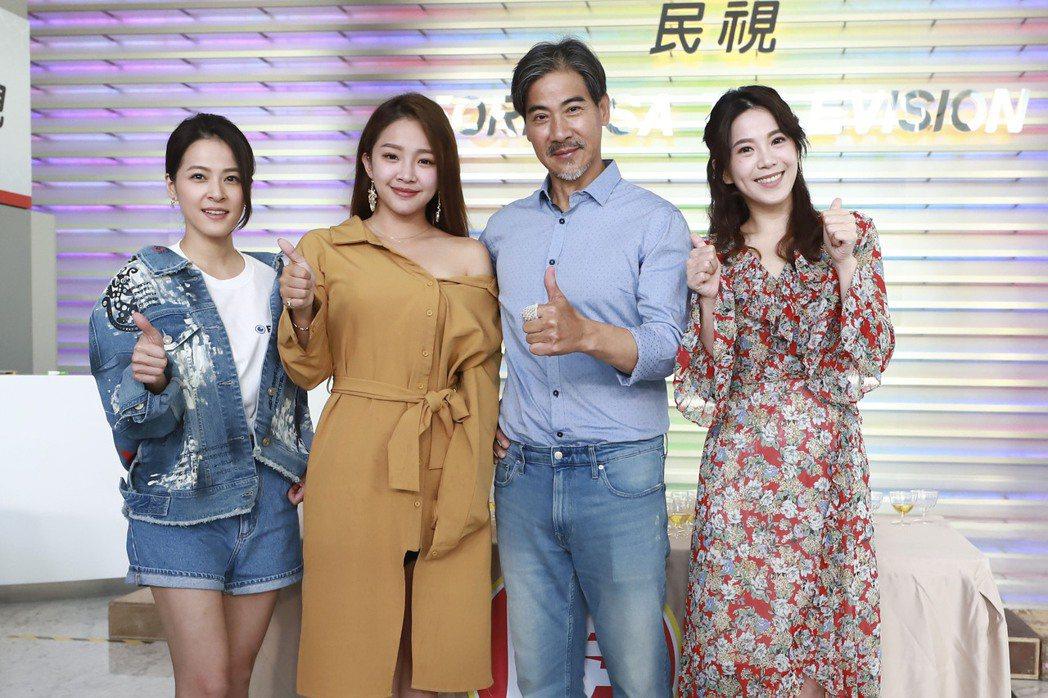 廖苡喬(右起)、翁家明、賴慧如、蘇晏霈開心慶功。圖/民視提供