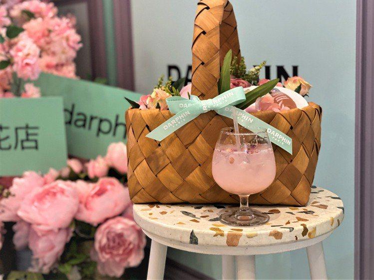 DARPHIN朵法&叁食Café合作,推出限定冰釀玫瑰荔枝氣泡飲(160元)。圖...