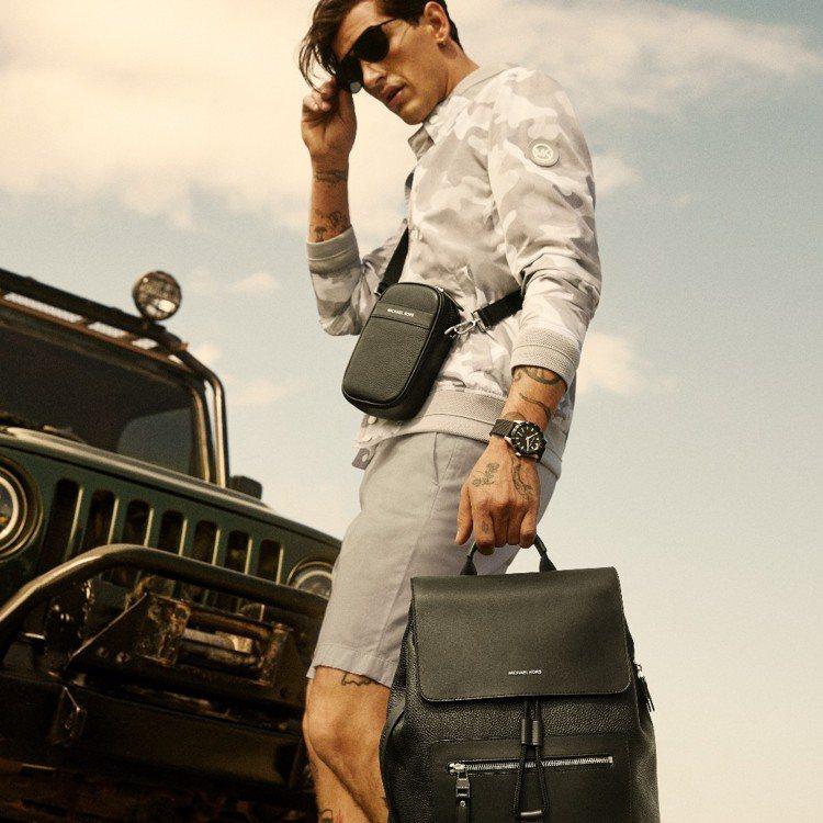 MICHAEL KORS側背包7,200元、皮革後背包17,000元。圖/MIC...