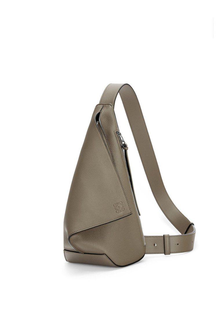 LOEWE Anton sling灰綠色小牛皮單肩背包,51,000元。圖/LO...