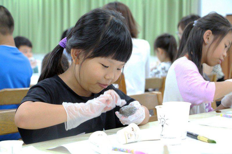 新北市立美術館暑假期間到金山、萬里分館為北海岸學童帶來不一樣的藝術體驗課,即日起受理報名。圖/新北市立圖書館提供