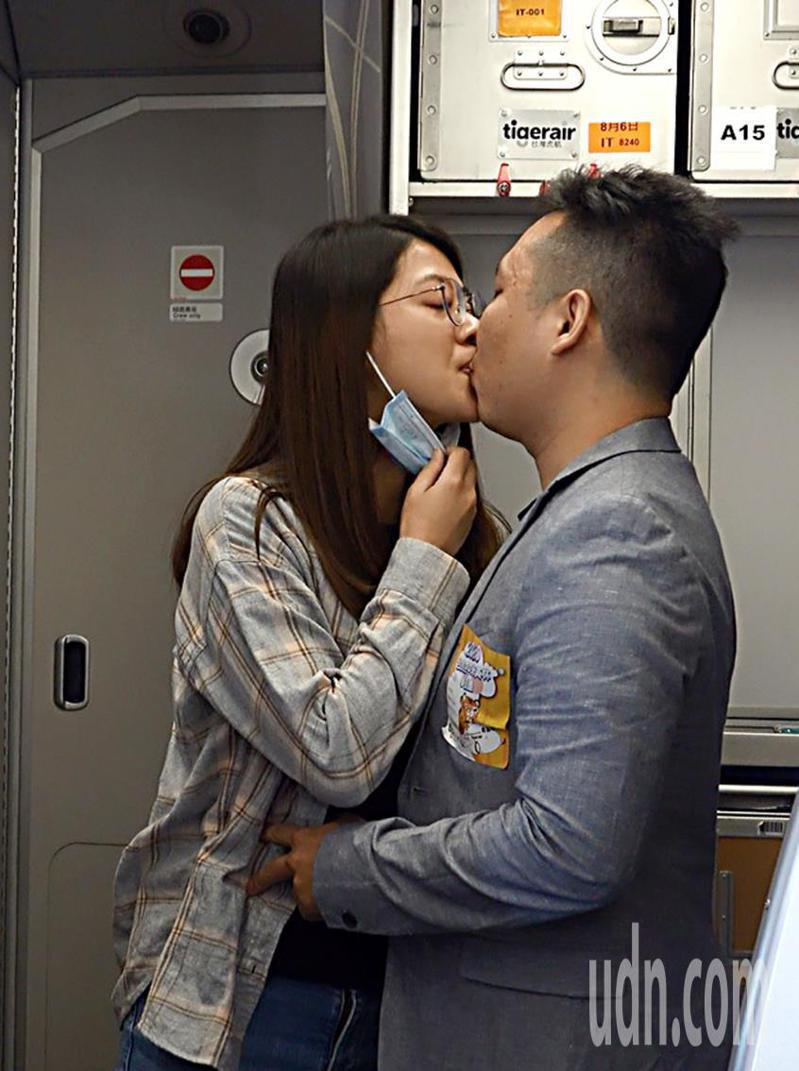 環台專案的微旅行今天由虎航首發,王姓旅客在三萬英呎的高空上向女友求婚成功,兩人在眾人祝賀下親吻。記者鄭超文/攝影