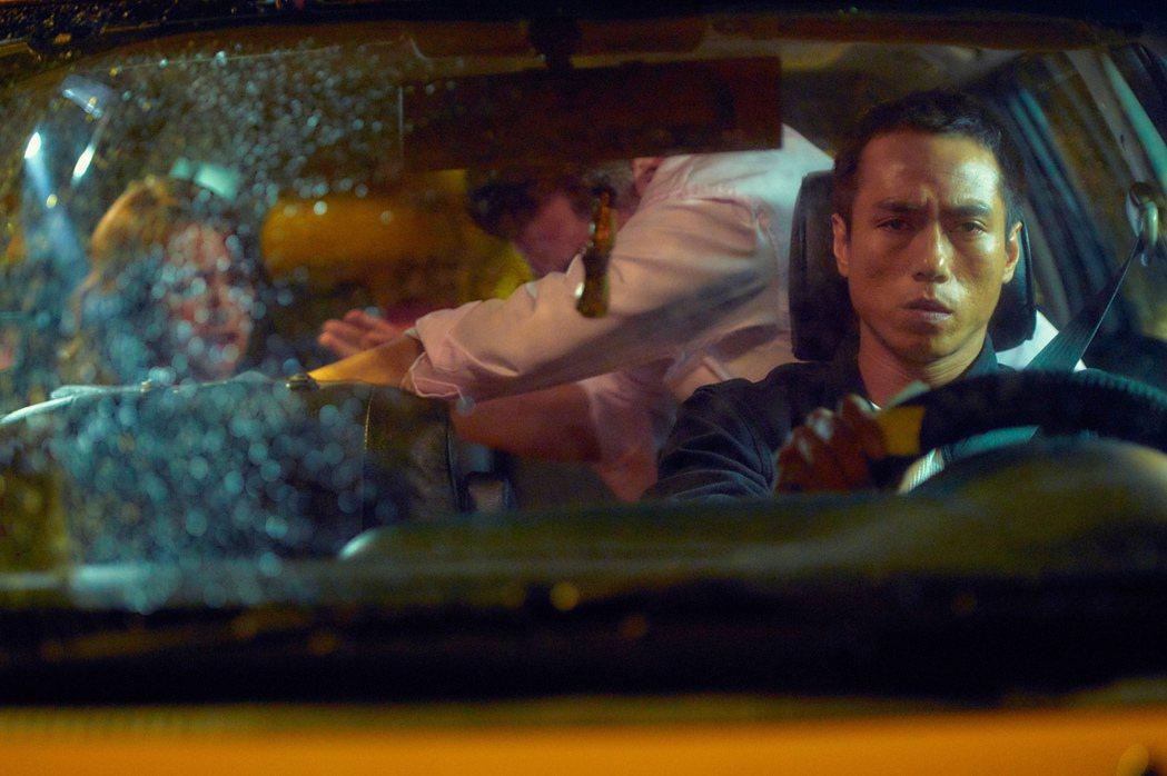 劉品言(左)在「最後一戰」戲中,車上慘遭侵犯,莊凱勛當計程車司機目睹一切。圖/衛...