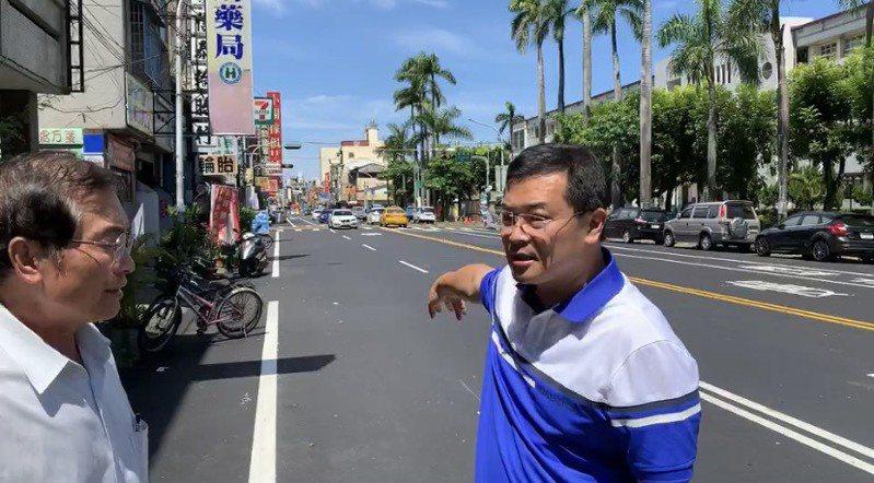 斗六市長林聖爵(右)與鎮東里長楊鴻玉(左)今天一起至現場會勘,向用路人宣布該路段將重畫為三線道,並增設左轉燈。記者陳苡葳/攝影