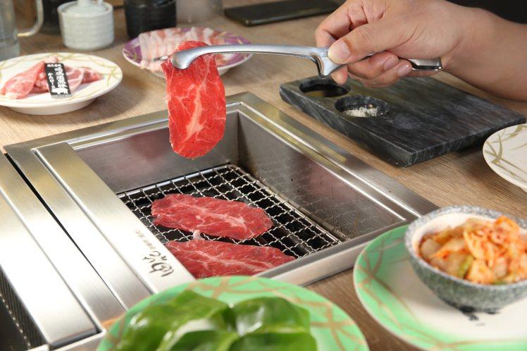 個人化的電烤爐,設有爐邊抽風系統。記者陳睿中/攝影