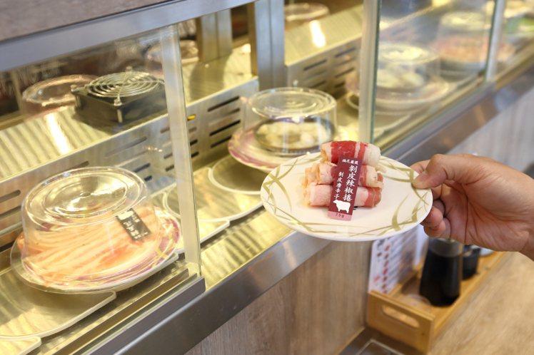 民眾可以自行拿取迴轉台上的食材,每盤50~88元。記者陳睿中/攝影