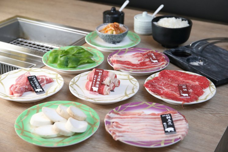 油花迴轉吧總共提供有25道食材,可以自由搭配。記者陳睿中/攝影