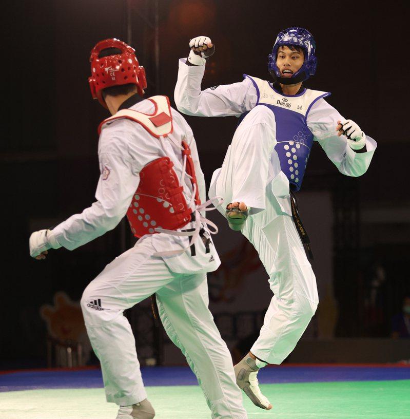 劉威廷(右)模擬東奧對抗賽踢下全勝。圖/國訓中心提供