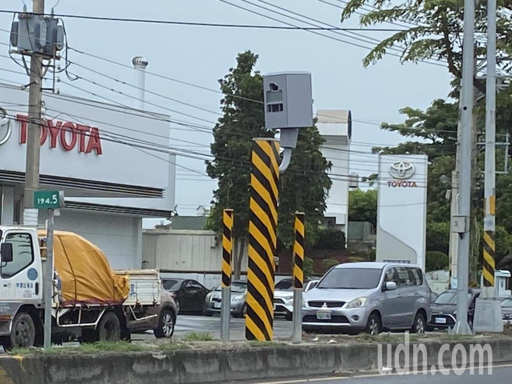 彰化縣最新開張的固定桿測速器位在花壇鄉台1線中山路豐田汽車前,是往南照,已在7月...