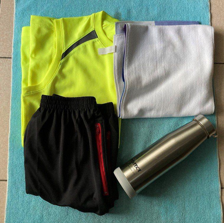 如果使用防蚊產品,夏天爬山穿短褲也可以,搭配短袖寬鬆易排汗的T恤,毛巾擦汗,茶水...