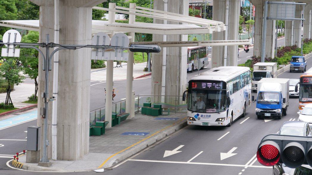 新北交通局指出,新莊思源路往北(五股)方向快車道的外側車道調整為公車優先道,公車...