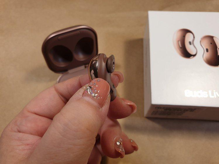 Samsung Galaxy Buds Live真無線藍牙耳機的耳塞式設計更能輕...