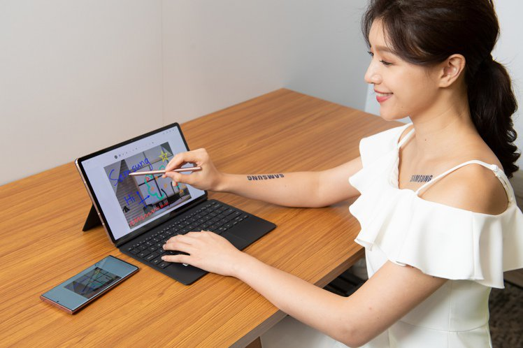 Samsung Galaxy Tab S7系列搭配書本式鍵盤皮套,打造筆電級的多...