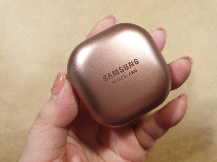 Samsung Galaxy Buds Live真無線藍牙耳機的充電盒以珠寶盒為...