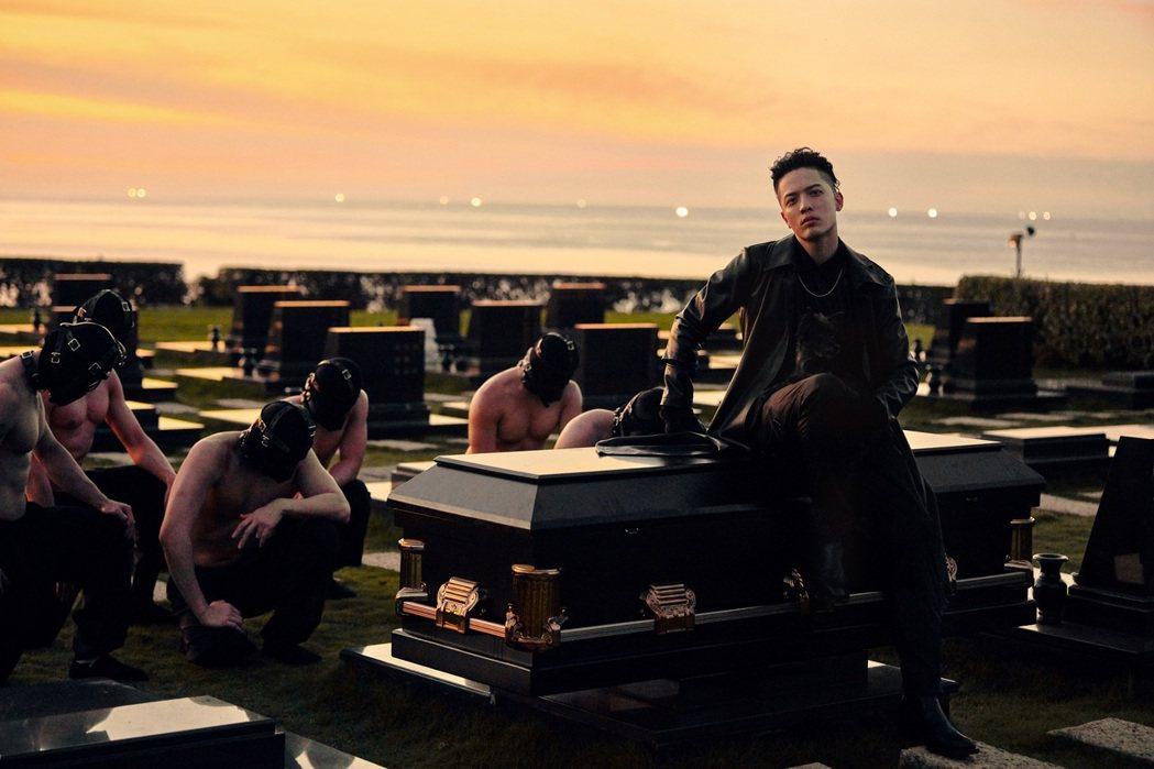 J.Sheon在取得同意之後,進入墳場拍MV。圖/索尼音樂提供