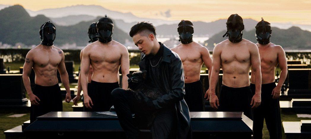 J.Sheon(前)在MV化身「愛情送行者」。圖/索尼音樂提供