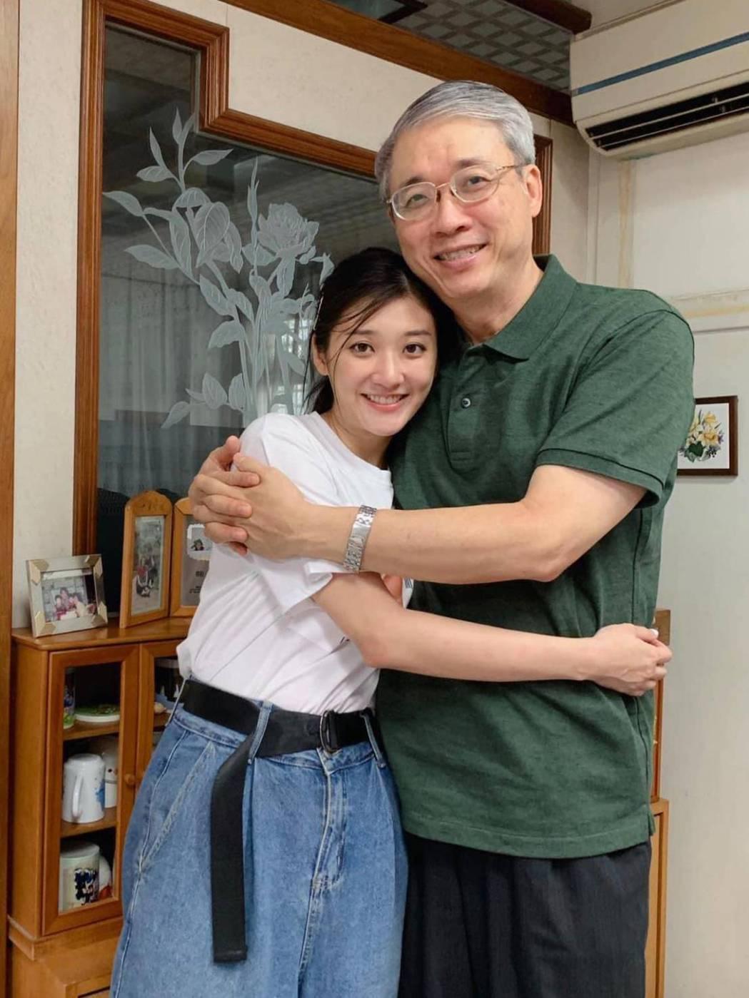林逸欣(左)每天都會按三餐致電問候爸爸。圖/旋轉娛樂提供