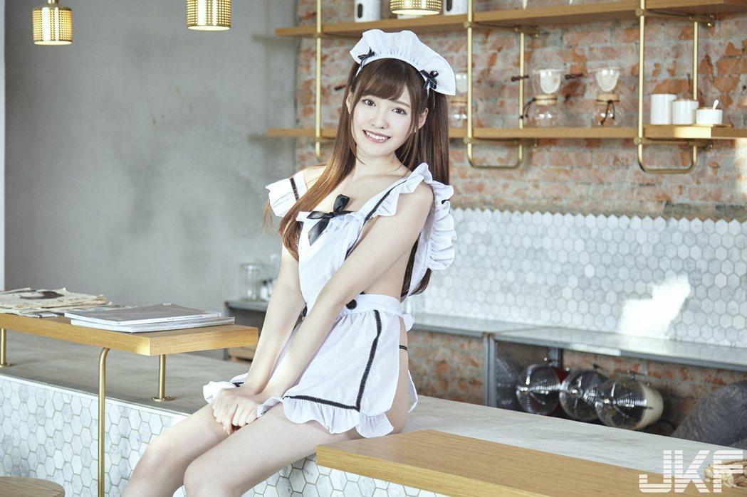 橋本有菜穿著露側乳的女僕裝,火辣破表讓人無法招架。圖/JKF提供