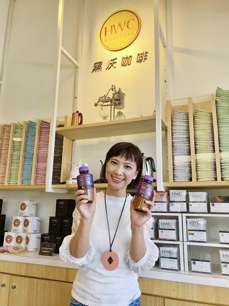 黑沃咖啡創辦人林佩霓展示與7-11聯名推出的機能性飲品「防彈咖啡」。記者宋健生/攝影