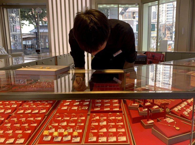 隨著國際金價上漲,大陸黃金飾品的價格也持續走高。圖為雲南省昆明市的工作人員整理黃金飾品。(中新社)
