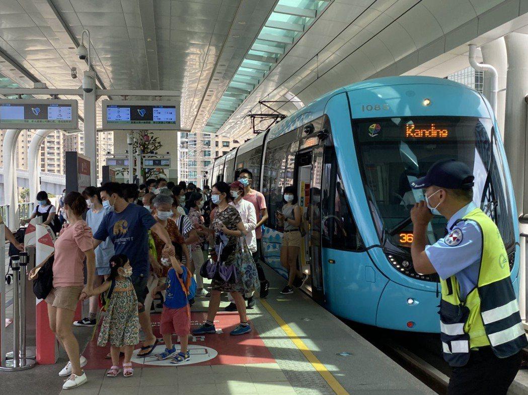 新北捷運公司指出,淡海輕軌即日起恢復全程戴口罩的規定,勸導不聽者,最重可罰一萬五...