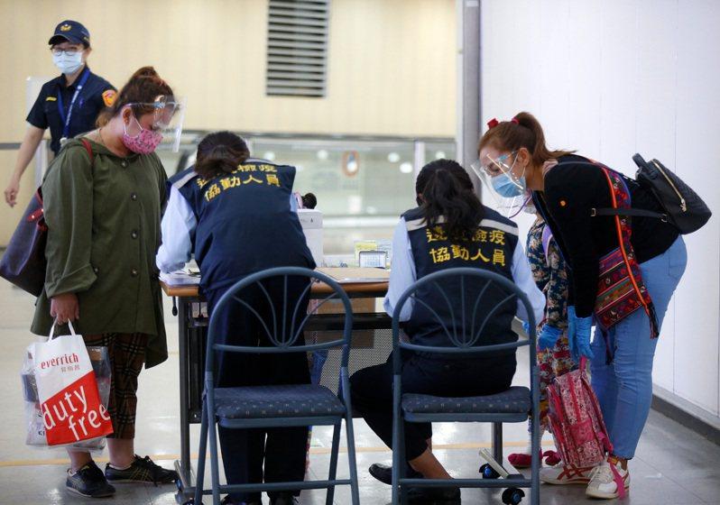 受到國際疫情影響,桃園機場持續進行嚴格國境管制,旅客入境必須核對健康聲明表並進行居家檢疫。記者鄭超文/攝影