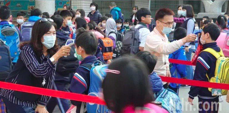 三周後學校就要開學了,口罩是否供應充足是家長關注重點。 圖/聯合報系資料照片