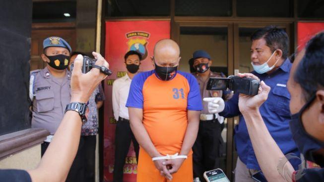 薩法特行兇後被警方拘捕。圖擷自印尼媒體《SUARA》