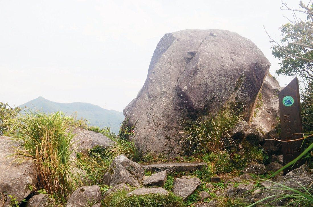 蔡公坑山頂帶有磁性會影響指北針的「反經石」。   圖/柯焜耀提供