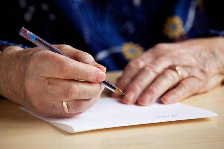 電腦流行後,據說再沒有人寫信了。訊息一發,天涯海角瞬間收到。誰還去一字一字地寫,...