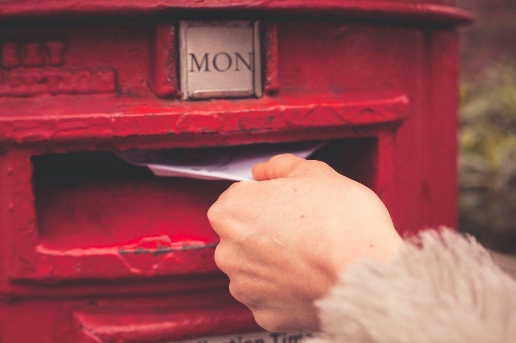 走到郵局外頭的郵筒前,慎重地看好紅色的筒口,愉快地投下我最近生活的寫照,讓遠方的...