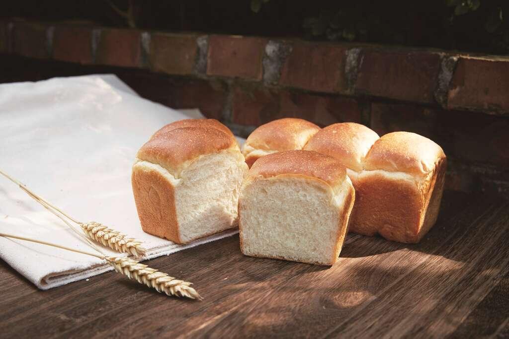 「陳耀訓.麵包埠」的馬斯卡邦吐司烘烤時上方未加蓋,讓吐司外觀呈現如山一般的起伏,...