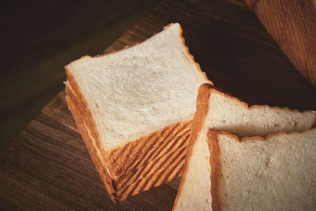 襯著焦褐色斜紋的吐司邊,是「野上麵包坊」白吐司的特色。 圖/台北畫刊提供