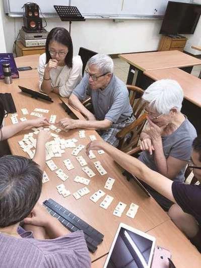 公寓內的兩代住戶時常一起玩桌遊。 圖/台北市社會局