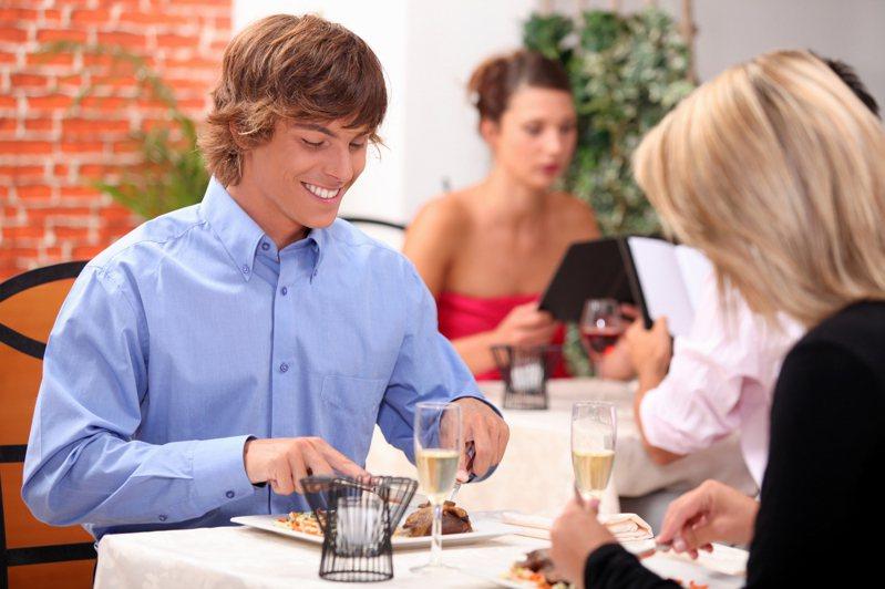 PTT有一位超狂網友為了實測AA制,親自約19位女性吃飯測試反應。 圖/ingimage